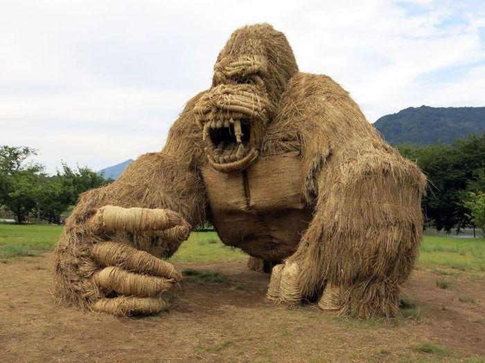 01 sculture giganti di paglia