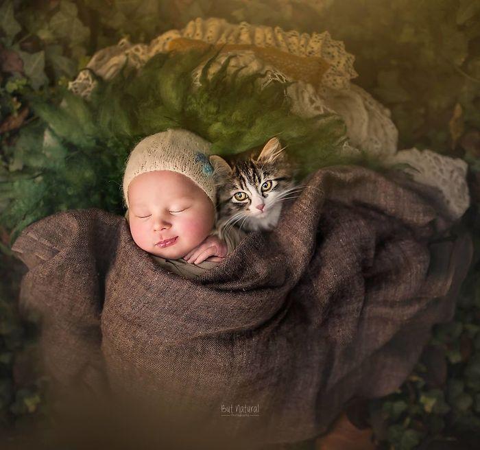 09 foto di neonati con animali