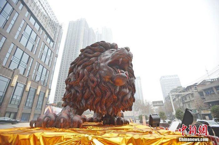 10 leone intagliato nel legno più lungo al mondo