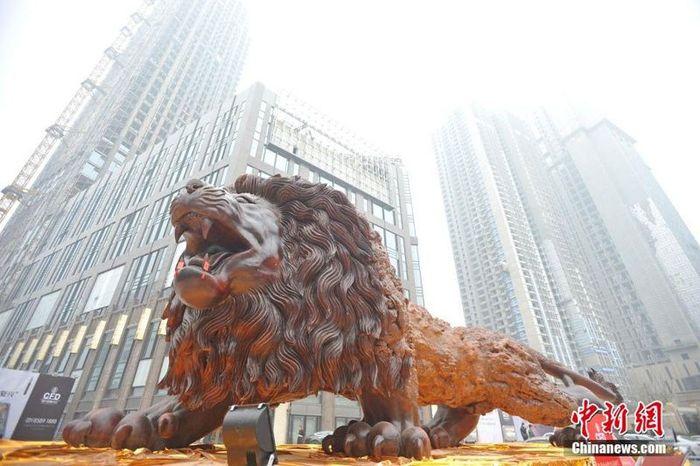 11 leone intagliato nel legno più lungo al mondo