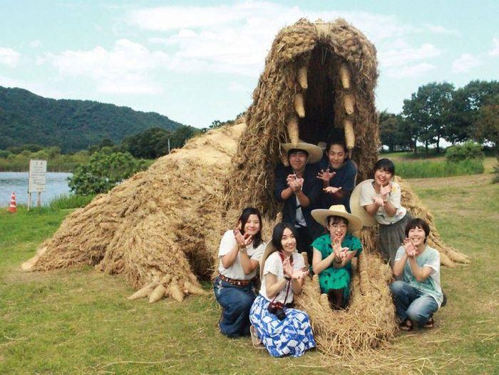 11 sculture giganti di paglia