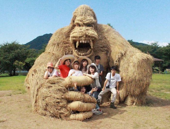 12 sculture giganti di paglia