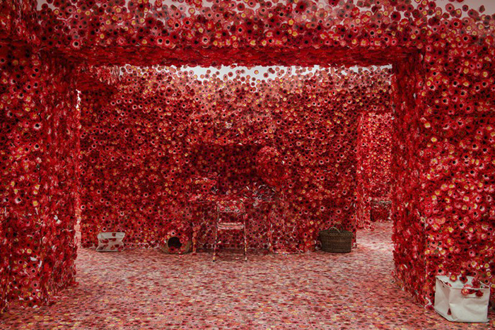 01 Artista giapponese copre lintero appartamento con motivi flore