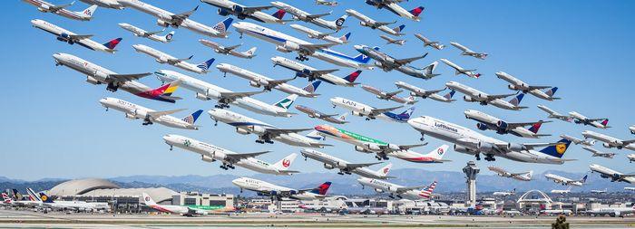 01 I complessi e intricati flussi dei voli aerei degli aeroporti nelle foto di Mike Kelley