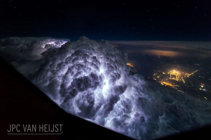 01 Il fascino dei temporali visti da sopra