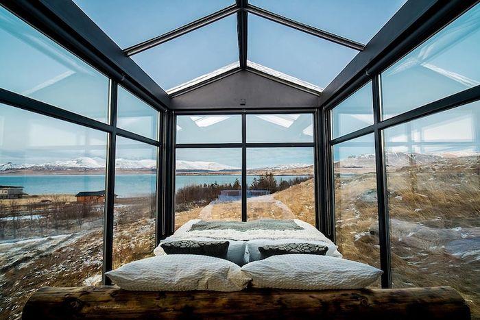 03 Ammirare l'aurora boreale in Islanda disteso su un comodo letto
