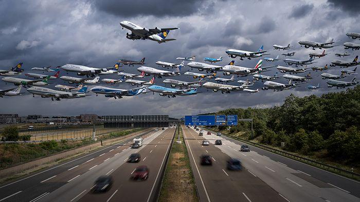 03 I complessi e intricati flussi dei voli aerei degli aeroporti nelle foto di Mike Kelley