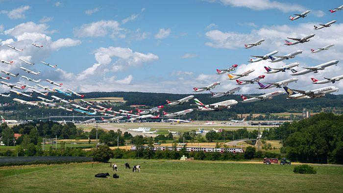 04 I complessi e intricati flussi dei voli aerei degli aeroporti nelle foto di Mike Kelley