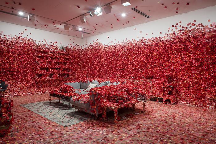 05 Artista giapponese copre lintero appartamento con motivi flore
