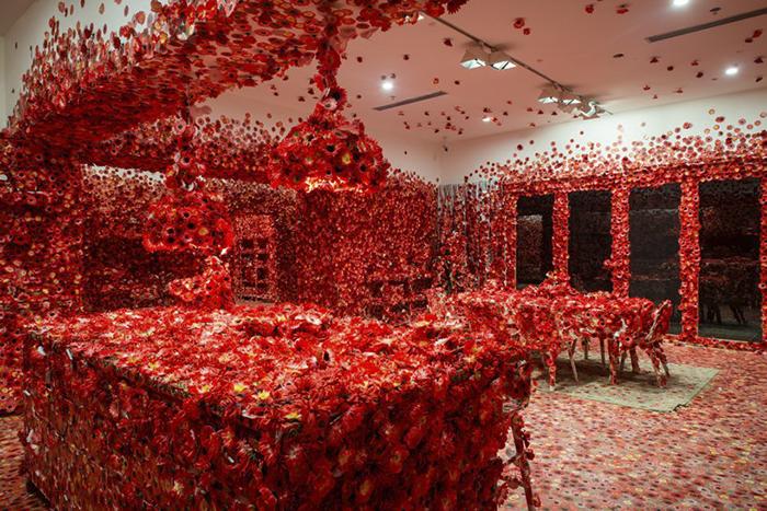 06 Artista giapponese copre lintero appartamento con motivi flore