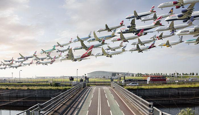 06 I complessi e intricati flussi dei voli aerei degli aeroporti nelle foto di Mike Kelley