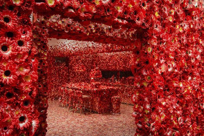 07 Artista giapponese copre lintero appartamento con motivi flore