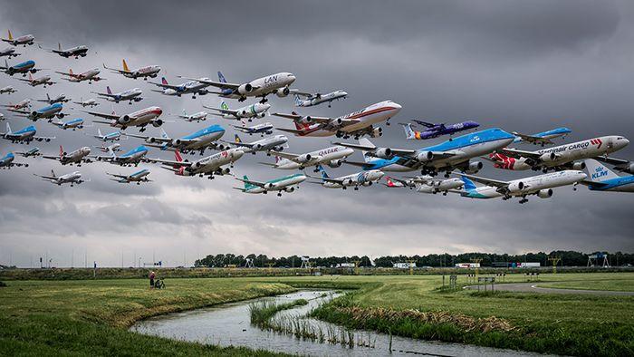 07 I complessi e intricati flussi dei voli aerei degli aeroporti nelle foto di Mike Kelley