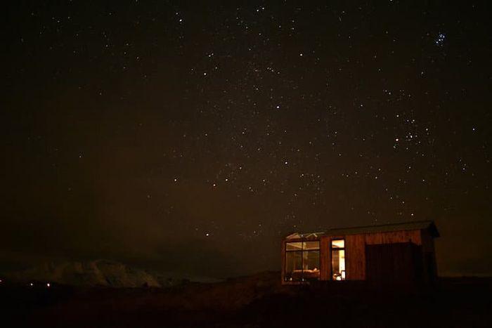 08 Ammirare l'aurora boreale in Islanda disteso su un comodo letto