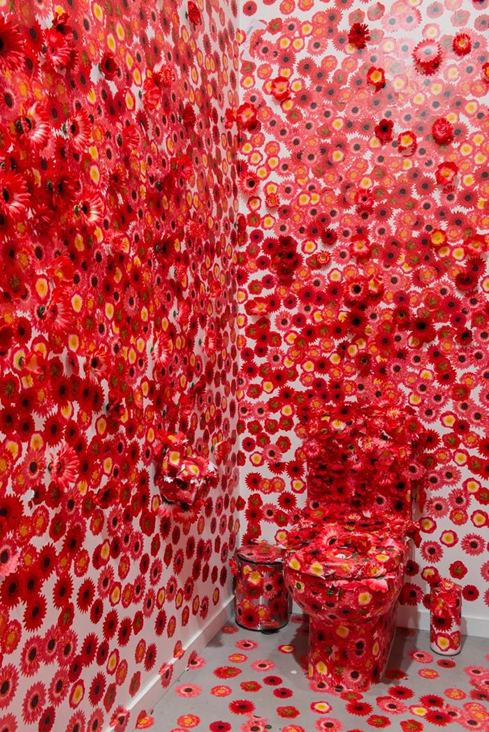 08 Artista giapponese copre lintero appartamento con motivi flore