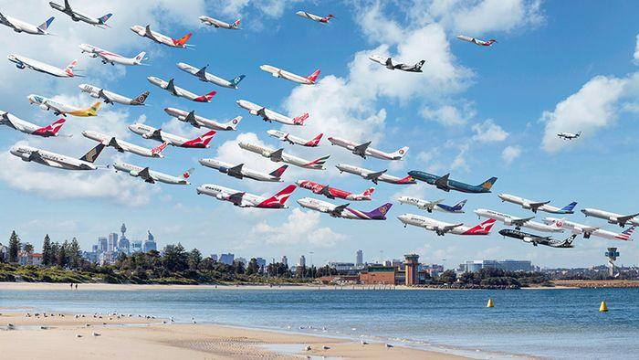 08 I complessi e intricati flussi dei voli aerei degli aeroporti nelle foto di Mike Kelley