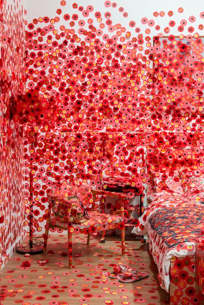 09 Artista giapponese copre lintero appartamento con motivi flore