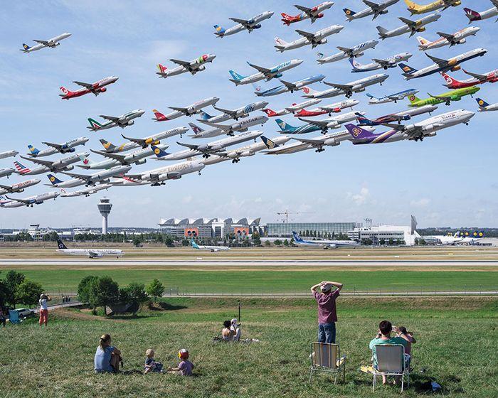 09 I complessi e intricati flussi dei voli aerei degli aeroporti nelle foto di Mike Kelley