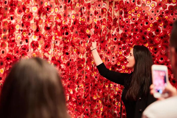 10 Artista giapponese copre lintero appartamento con motivi flore