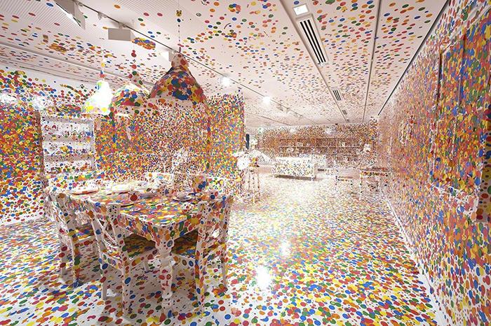 15 Artista giapponese copre lintero appartamento con motivi flore