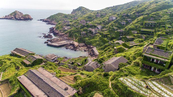 Un piccolo villaggio abbandonato completamente avvolto da vegetazione