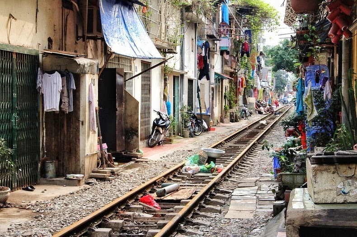 Ad Hanoi quando passa il treno meglio chiudere le finestre di casa