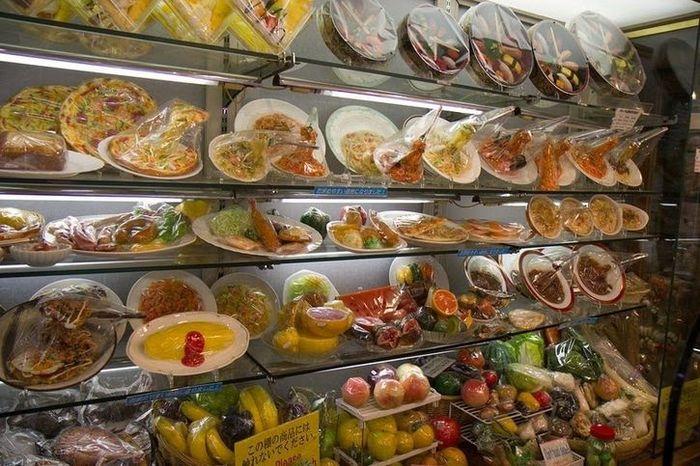 Nei ristoranti giapponesi il cibo in plastica