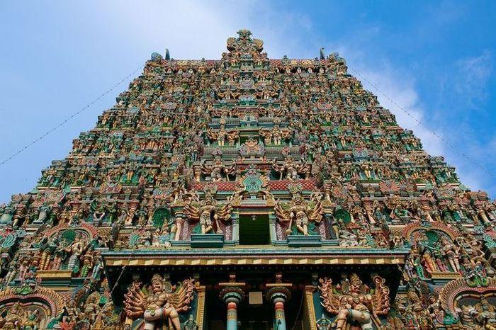 08 In India un tempio adornato da più di 33.000 sculture
