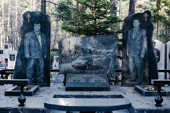 01 Il cimitero dei gangster di Shirokorechenskoe in Russia