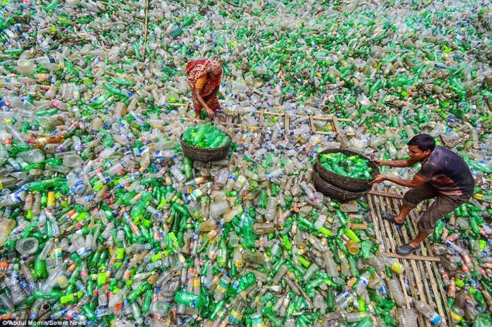 In Bangladesh lavoratori immersi in un mare di bottiglie di plastica