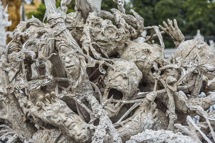 Il paradiso e l'inferno nel tempio bianco di Wat Rong Khun in Thailandia