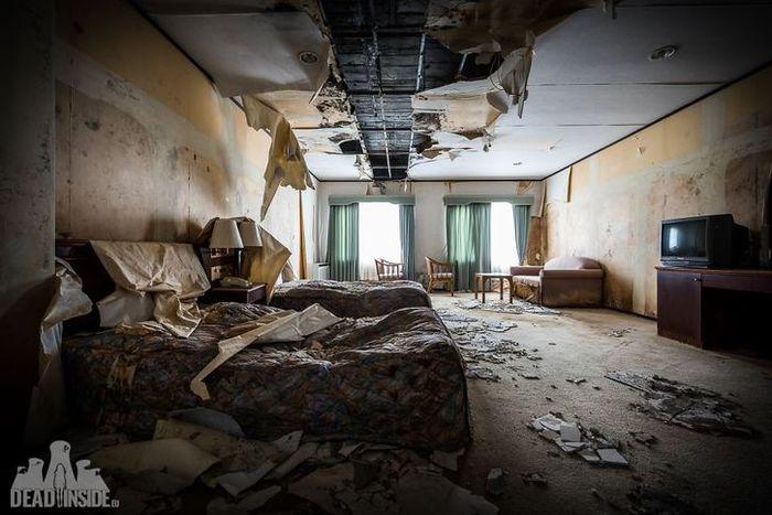 Un hotel abbandonato che sembra uscito dal set cinematografico di walking dead