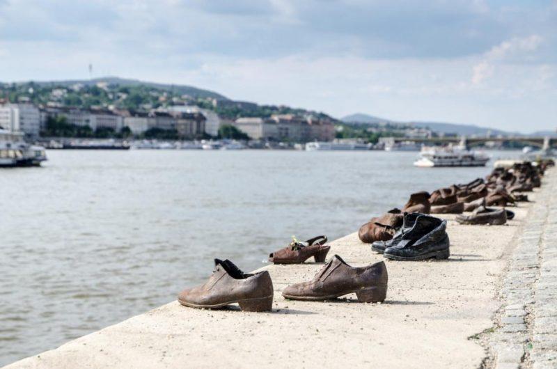 Le scarpe sul Danubio di Gyula Pauer