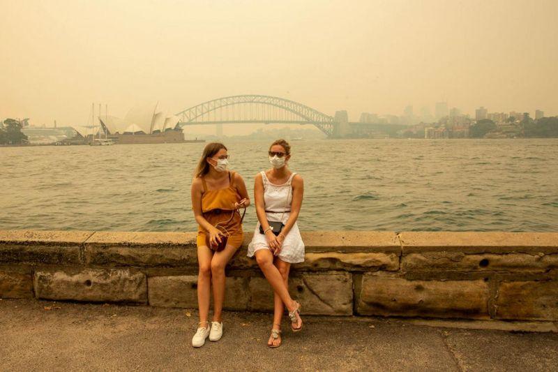 Turiste durante gli incendi in Australia